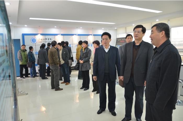 11月16日上午,南京市交通局副局长郑春发,南京交通技师学院院长何